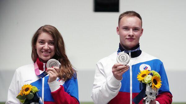 Российские спортсмены, члены сборной России (команда ОКР) Виталина Бацарашкина и Артём Черноусов, завоевавшие серебряные медали на соревнованиях смешанных команд по стрельбе из пневматического пистолета с 10 метров на XXXII летних Олимпийских играх в Токио.