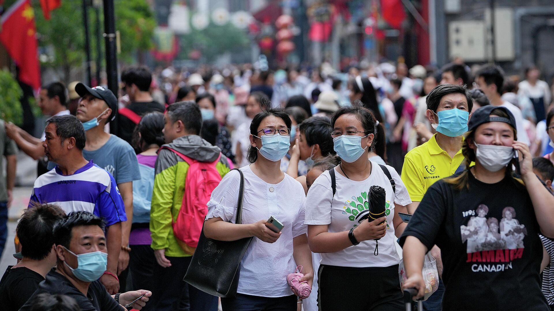 Люди в масках на популярной торговой улице в Пекине  - РИА Новости, 1920, 04.08.2021
