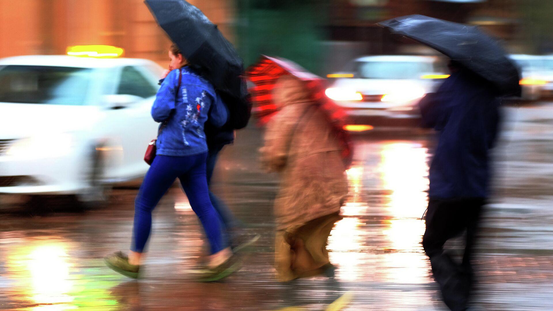 Пешеходы на улице во время сильного дождя - РИА Новости, 1920, 03.08.2021