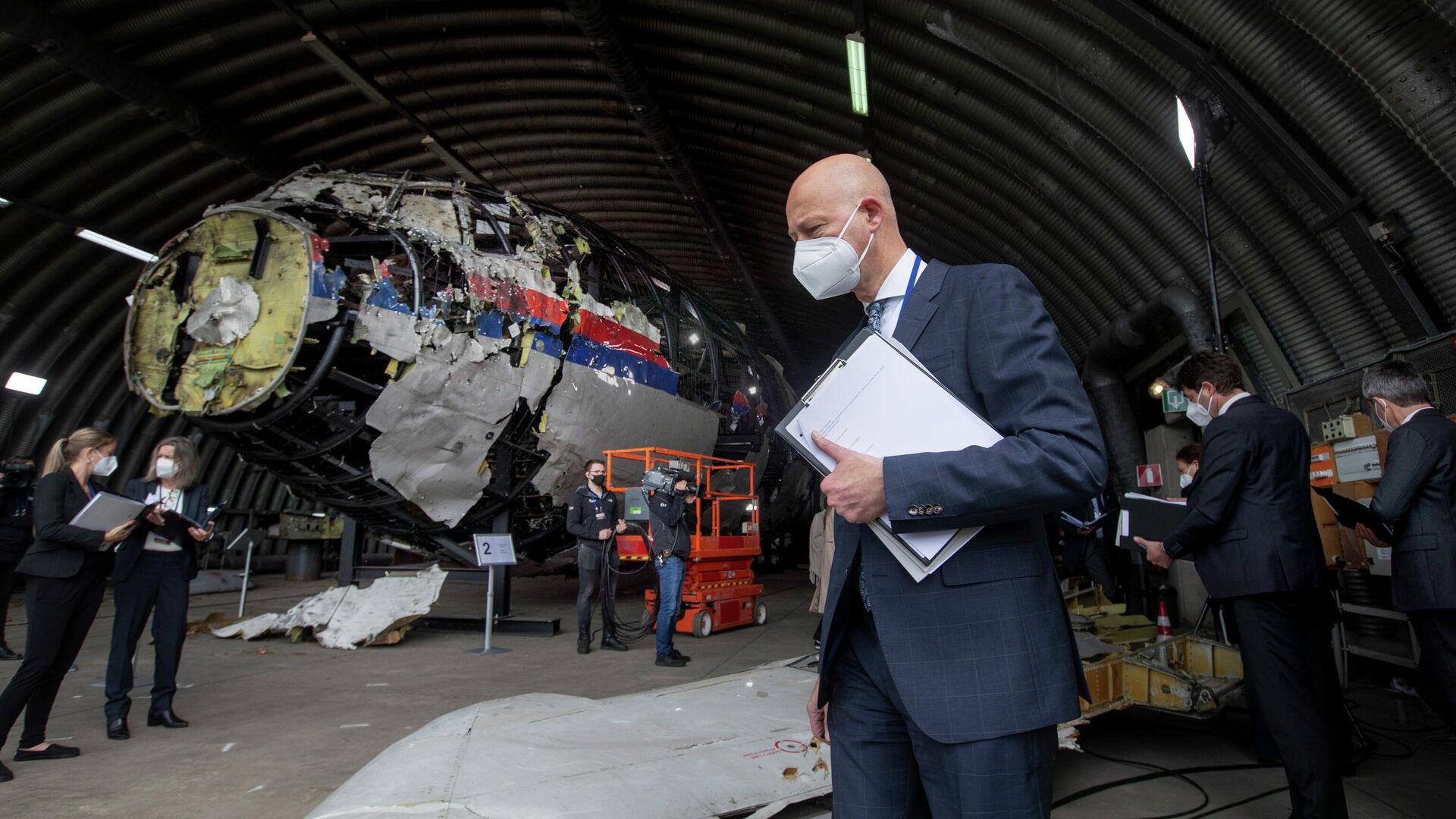 Председательствующий судья Хендрик Стинхейс осматривает обломки рейса MH17 авиакомпании Malaysia Airlines на авиабазе Гильзе-Рейен, Нидерланды - РИА Новости, 1920, 07.09.2021