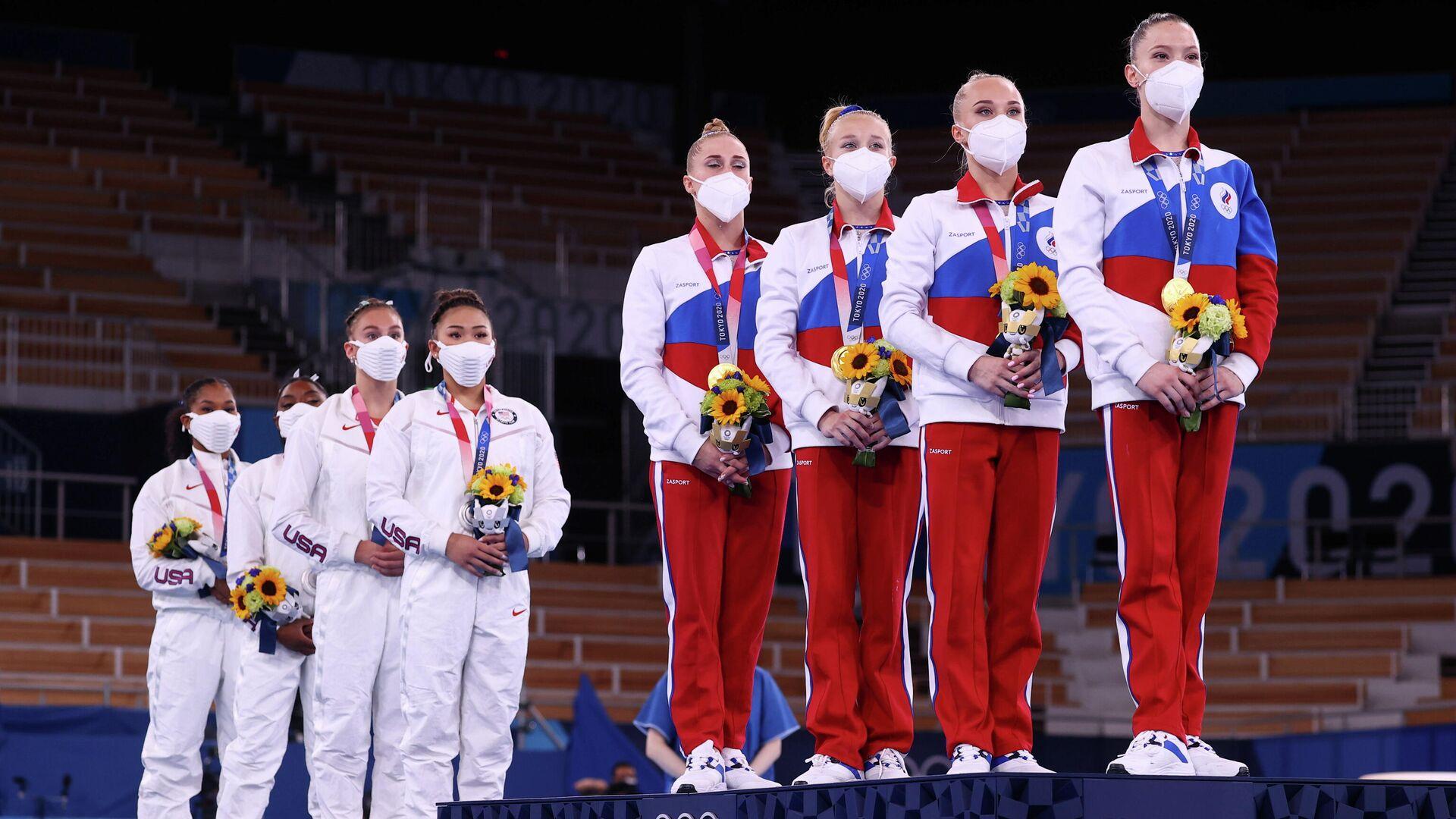 Гимнастки сборных США и России (слева направо) во время церемонии награждения - РИА Новости, 1920, 27.07.2021