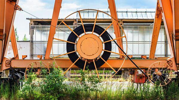 Кабельный барабан на козловом кране в немецком порту Мукран на острове Рюген