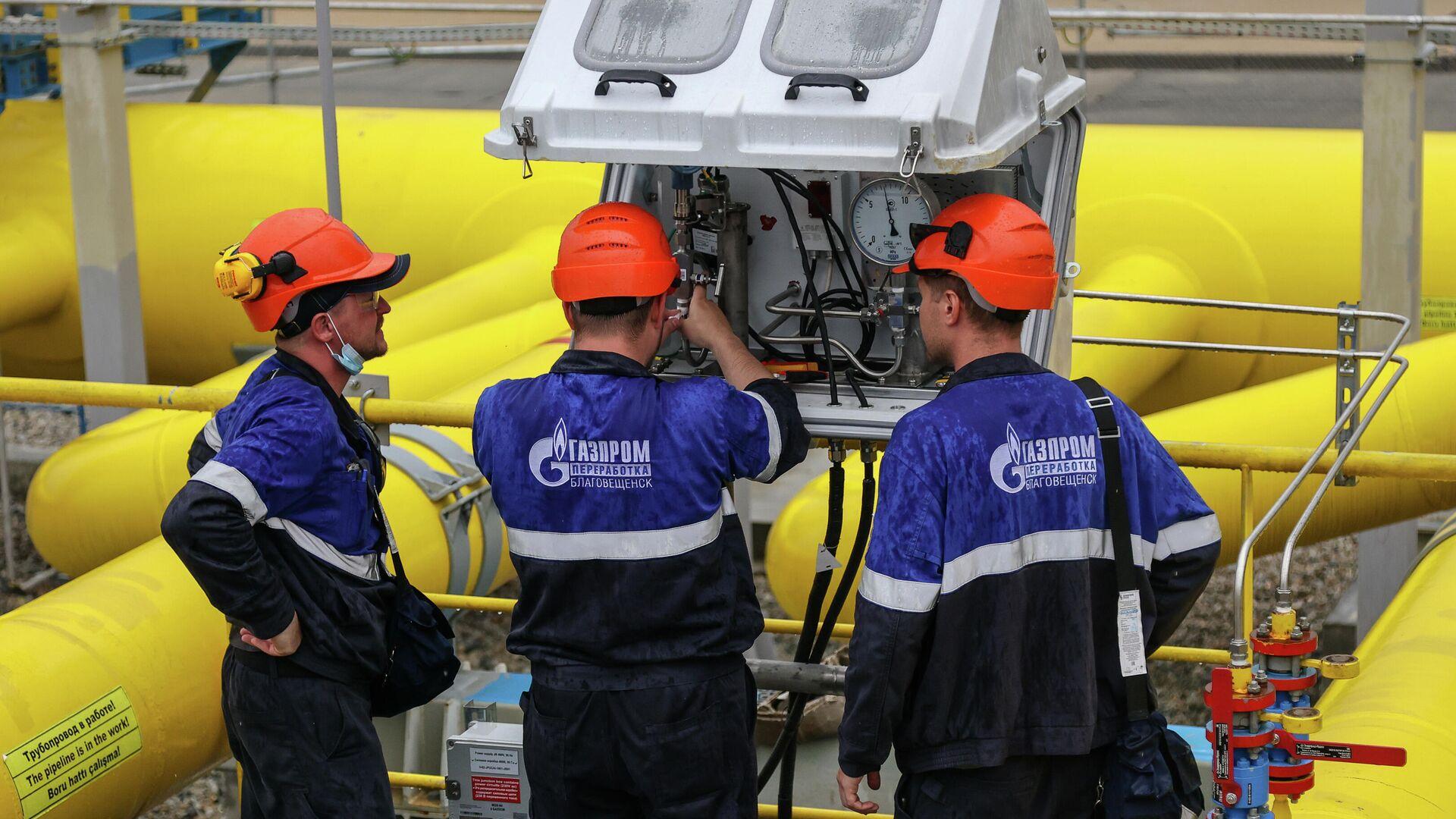 Рабочие у узлов учета газа Амурского газоперерабатывающего завода компании Газпром - РИА Новости, 1920, 04.10.2021