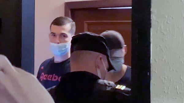 Главный редактор издания The Insider (признано в России СМИ-иноагентом) Роман Доброхотов во время обыска в своей квартире