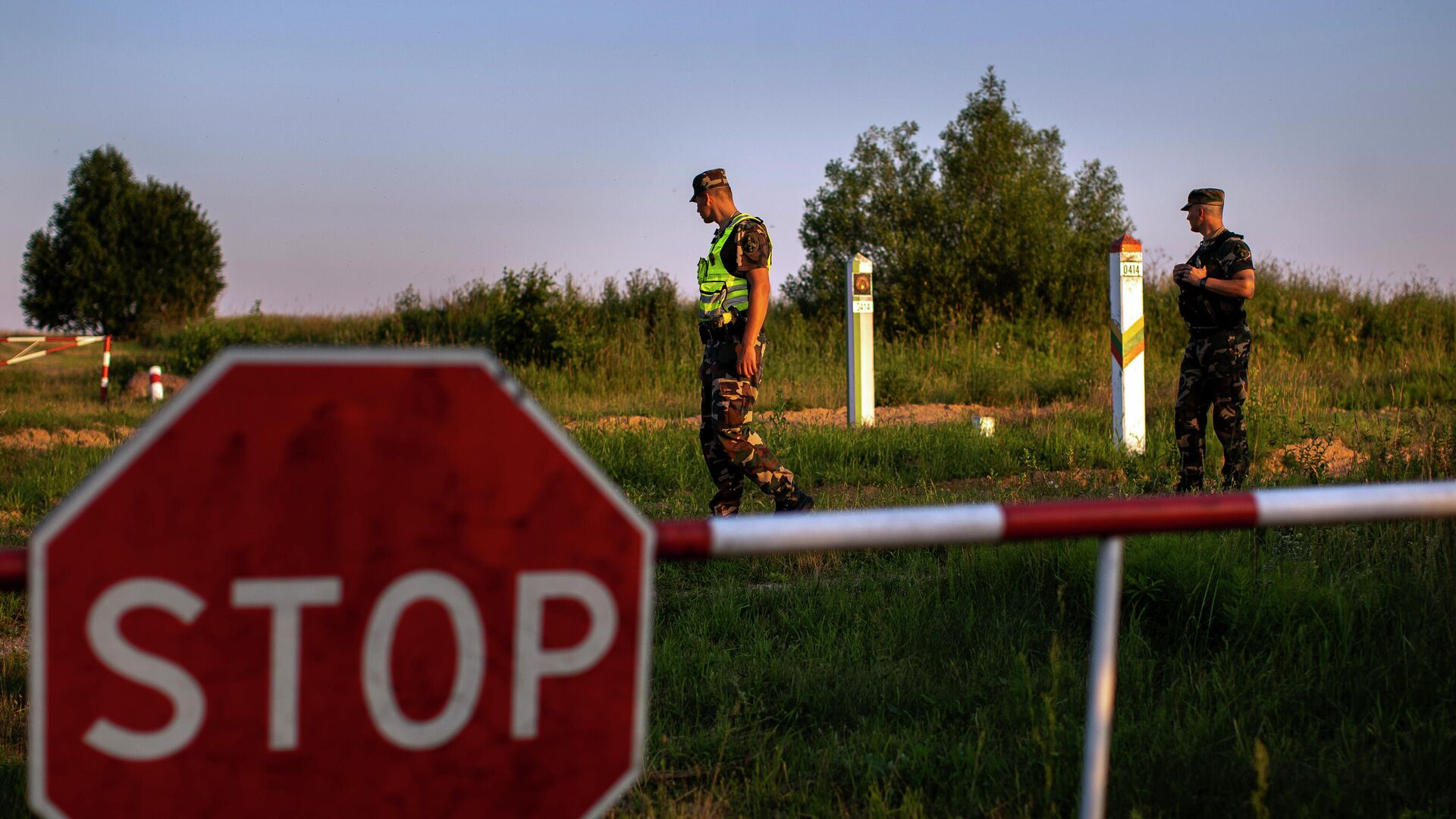 Литовские пограничники патрулируют участок на границе с Белоруссией - РИА Новости, 1920, 04.08.2021