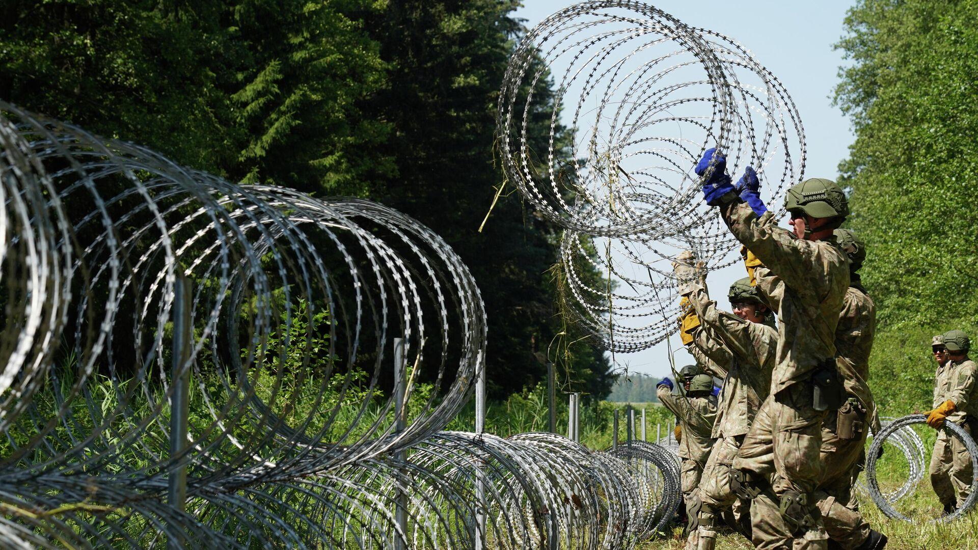 Солдаты литовской армии устанавливают колючую проволоку на границе с Белоруссией - РИА Новости, 1920, 05.08.2021