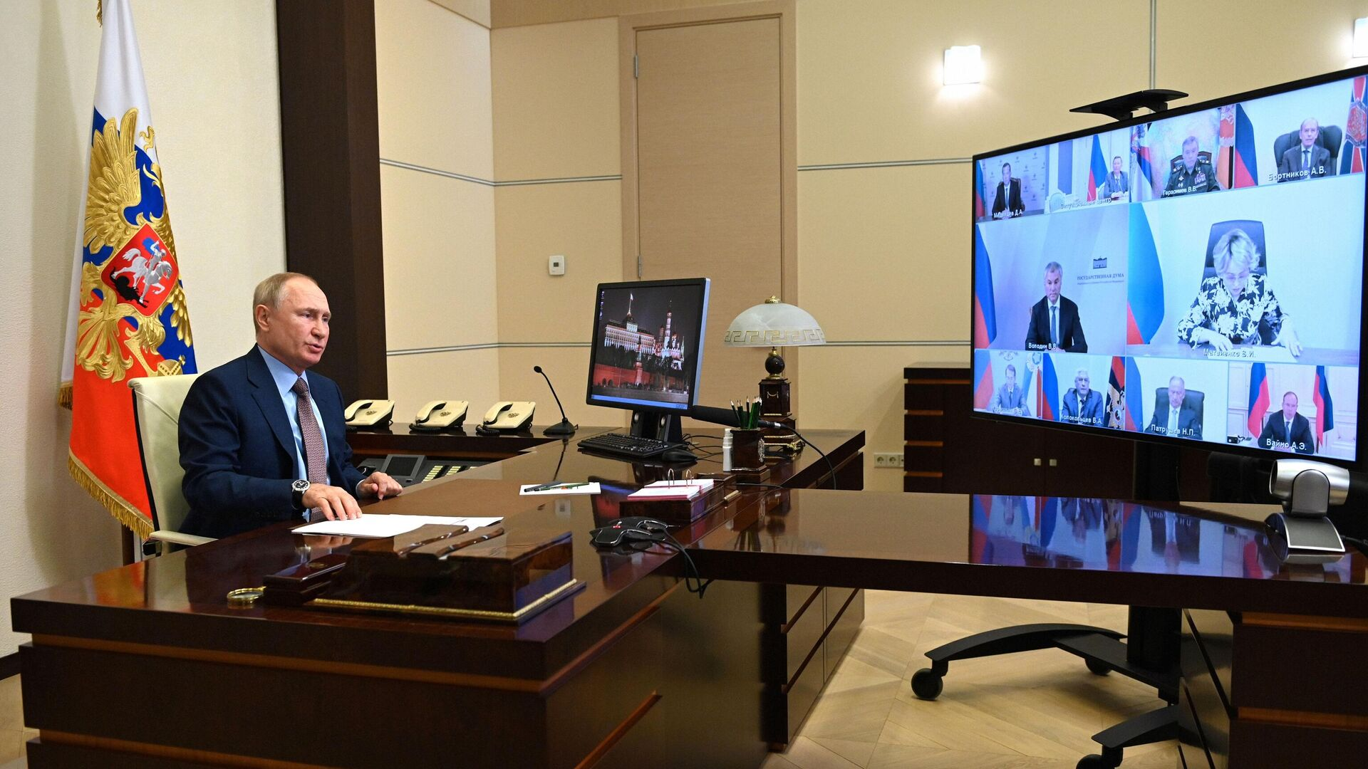 Владимир Путин проводит оперативное совещание с постоянными членами Совета безопасности РФ в режиме видеоконференции. - РИА Новости, 1920, 28.07.2021