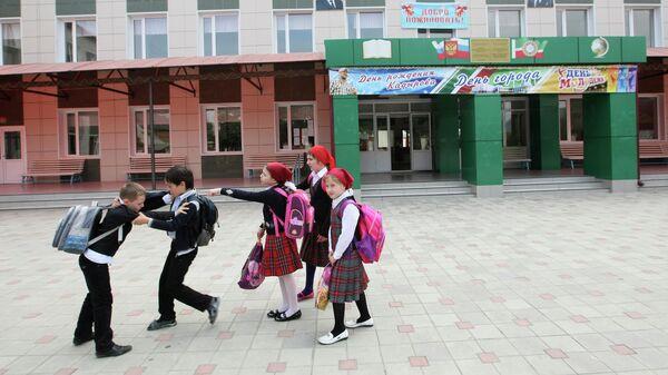 Дети играют возле школы в Грозном