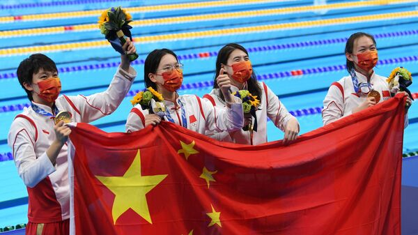 Спортсменки сборной КНР Ян Цзюньсюань, Тан Мухань, Чжан Юфей и Ли Бинцзе, завоевавшие золотые медали в эстафете 4x200 метров вольным стилем среди женщин на XXXII летних Олимпийских играх в Токио, на церемонии награждения.