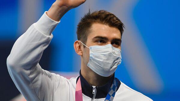 Российский спортсмен, член сборной России (команда ОКР) Климент Колесников, завоевавший бронзовую медаль в соревнованиях по плаванию на 100 метров вольным стилем среди мужчин на XXXII летних Олимпийских играх в Токио, на церемонии награждения.