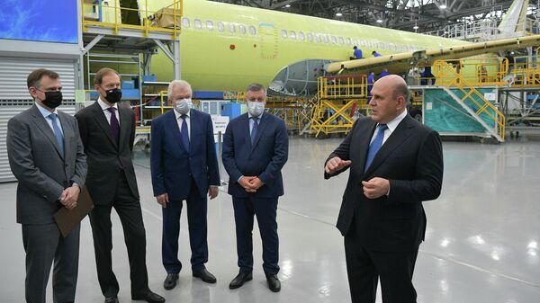 Председатель правительства РФ Михаил Мишустин во время посещения Иркутского авиационного завода