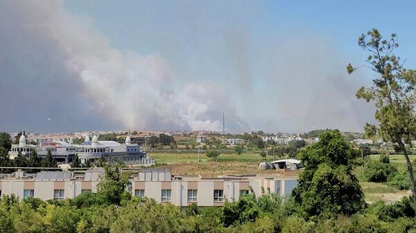 Дым от лесного пожара в Манавгате, Анталья, Турция