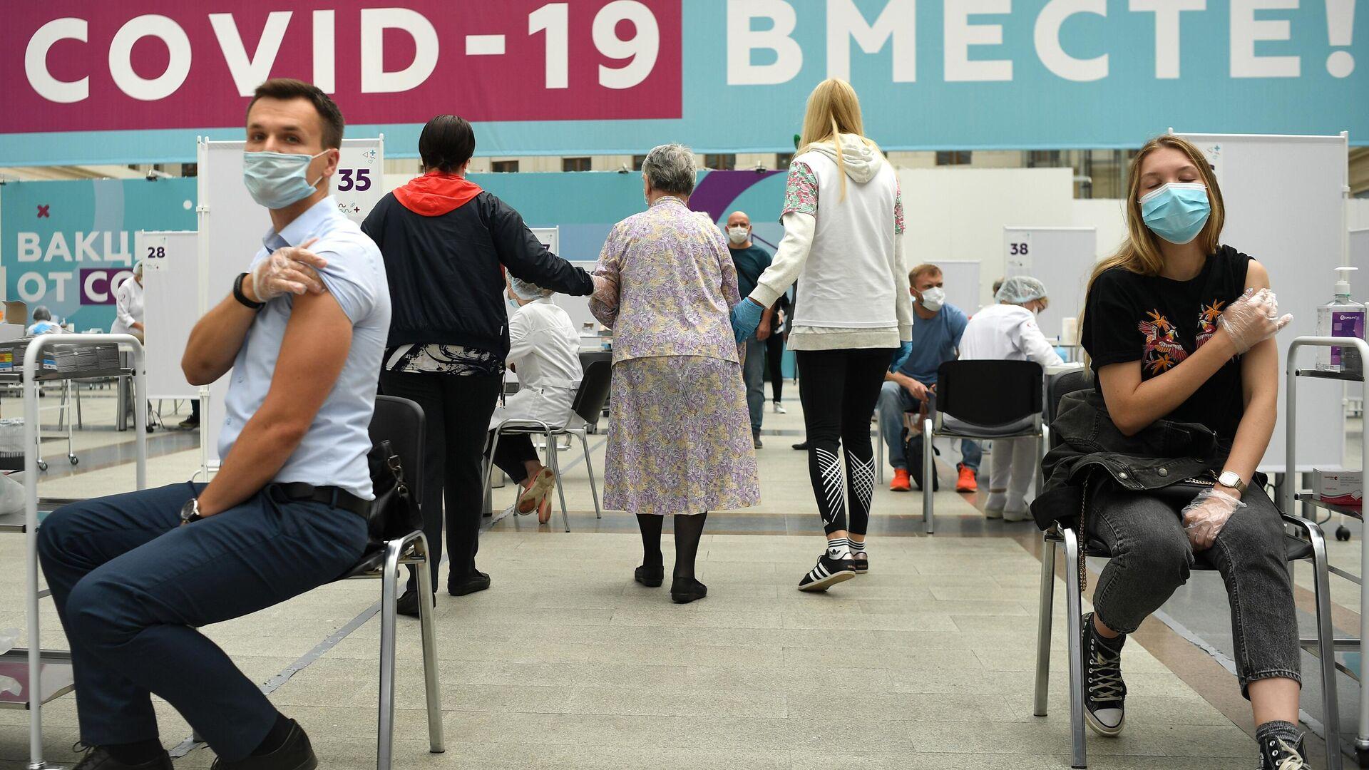 Посетители делают прививки в центре вакцинации от COVID-19 в Гостином дворе в Москве - РИА Новости, 1920, 27.09.2021
