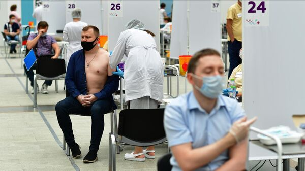 Посетители делают прививки в центре вакцинации от COVID-19 в Гостином дворе в Москве