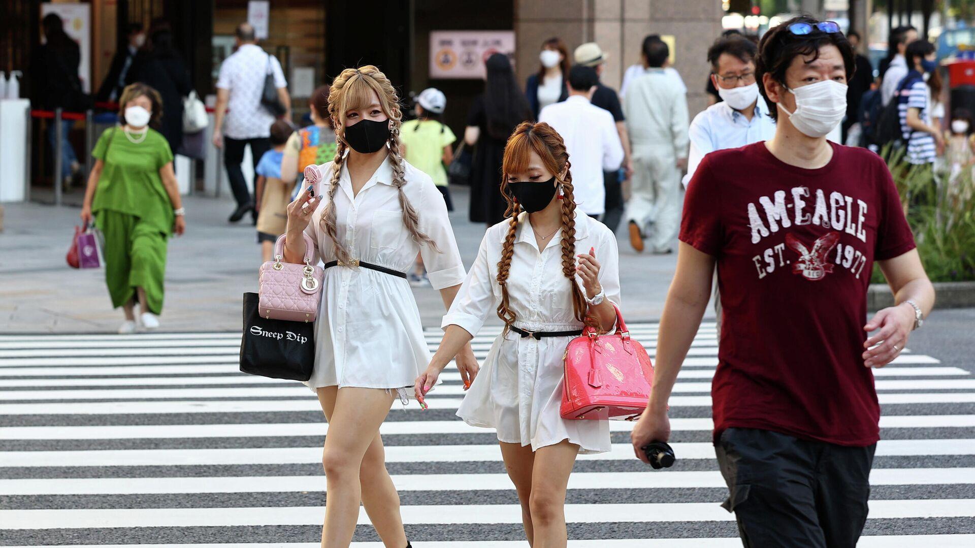 Люди переходят дорогу в Токио - РИА Новости, 1920, 30.07.2021