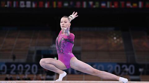 Российская спортсменка, член сборной России (команда ОКР) Владислава Уразова выполняет упражнения на бревне в индивидуальном многоборье по спортивной гимнастике среди женщин на XXXII летних Олимпийских играх в Токио.