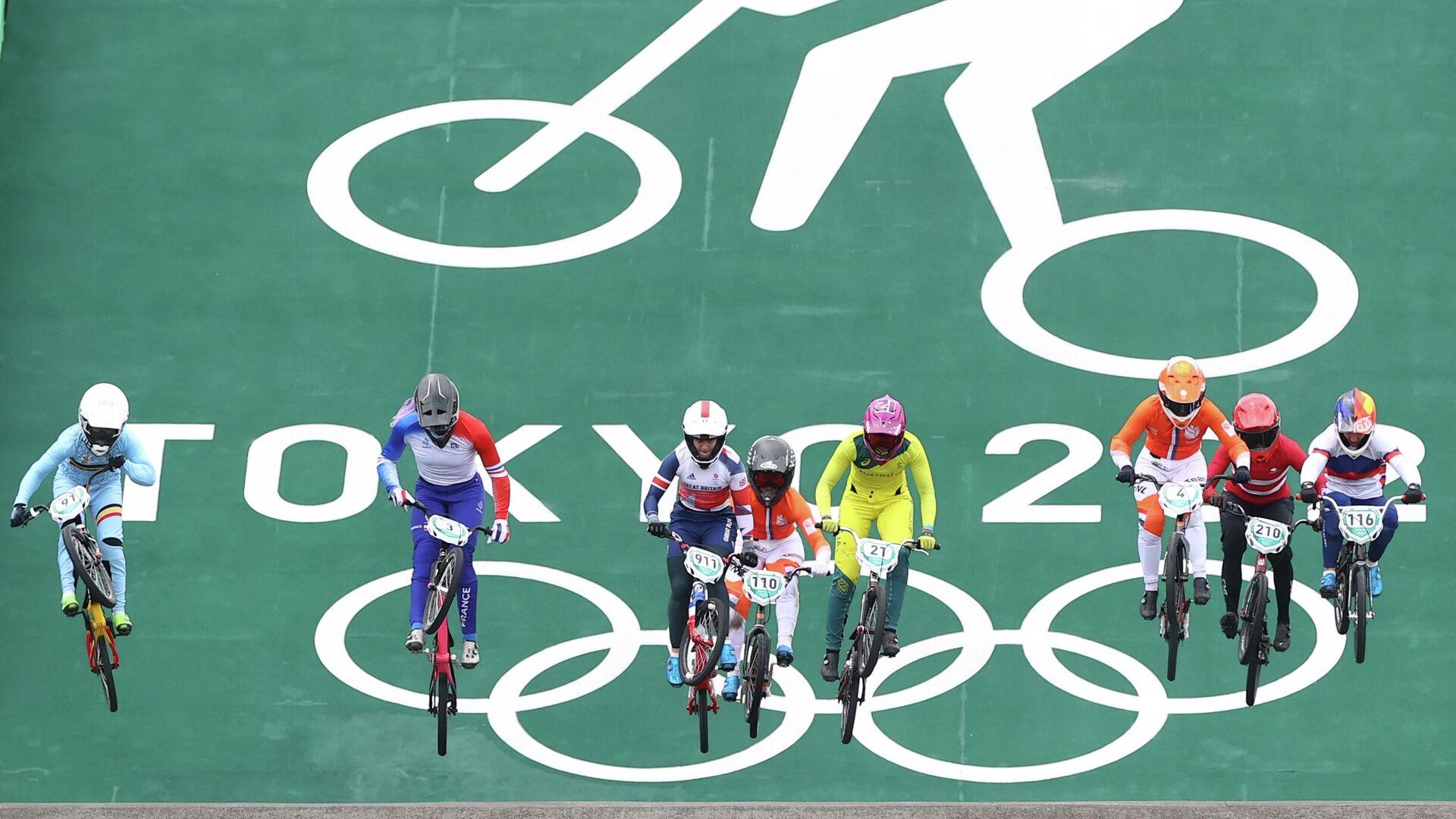 Велогонщицы во время гонки BMX-рейс на Олимпийских играх в Токио - РИА Новости, 1920, 30.07.2021