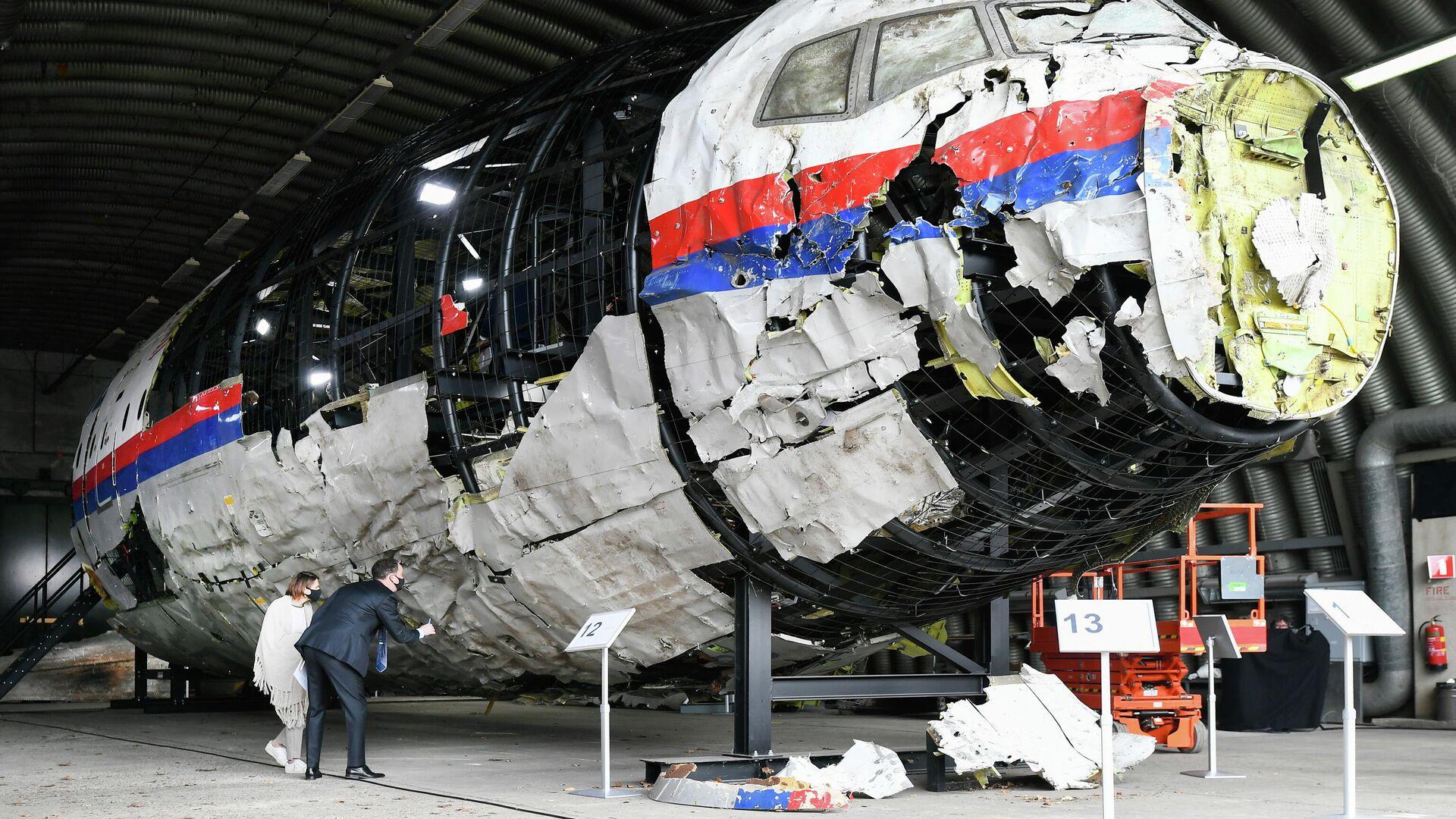 Реконструированные обломки рейса MH17 авиакомпании Malaysia Airlines на авиабазе Гильзе-Рейен, Нидерланды - РИА Новости, 1920, 02.08.2021