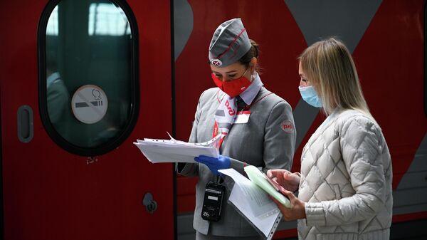 Проводник фирменного поезда Янтарь, следующего из Калининграда в Москву