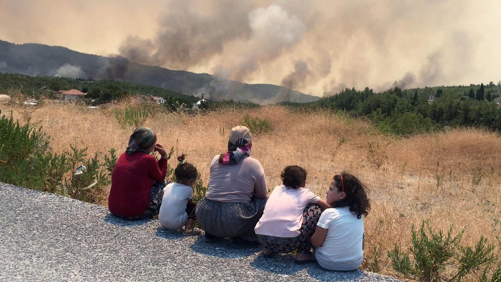 Местные жители наблюдают за приближающимся к их домам лесным пожаром в городе Манавгате - РИА Новости, 1920, 31.07.2021