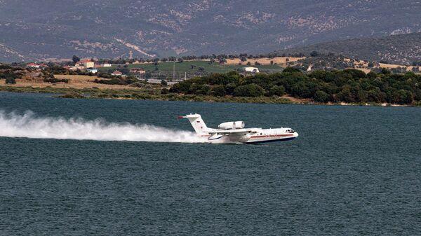 Российский самолет-амфибия Бе-200 набирает воду для тушения лесных пожаров в Турции