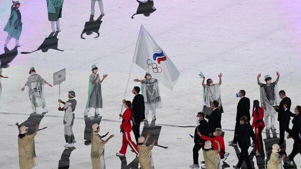 Знаменосцы команды Олимпийского комитета России параде атлетов на церемонии открытия XXXII летних Олимпийских игр в Токио