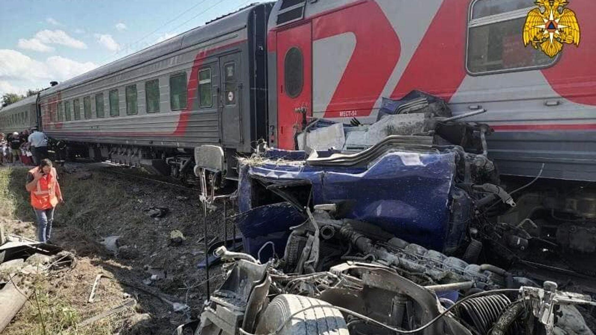 На месте столкновения пассажирского поезда с грузовиком на железнодорожном переезде в Калужской области - РИА Новости, 1920, 31.07.2021