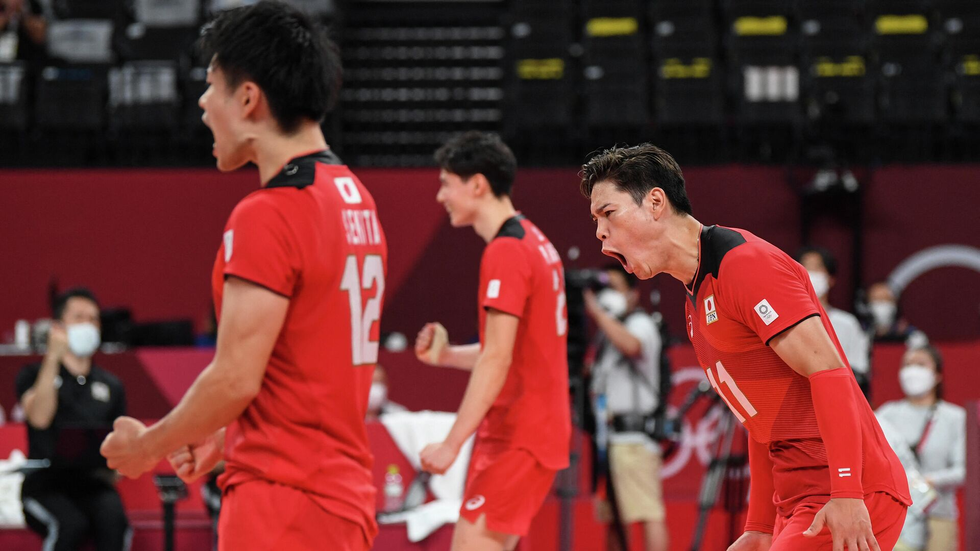 Japan's Yuji Nishida (R) celebrates their victory in the men's preliminary round pool A volleyball match between Japan and Iran during the Tokyo 2020 Olympic Games at Ariake Arena in Tokyo on August 1, 2021. (Photo by Yuri Cortez / AFP) - РИА Новости, 1920, 01.08.2021