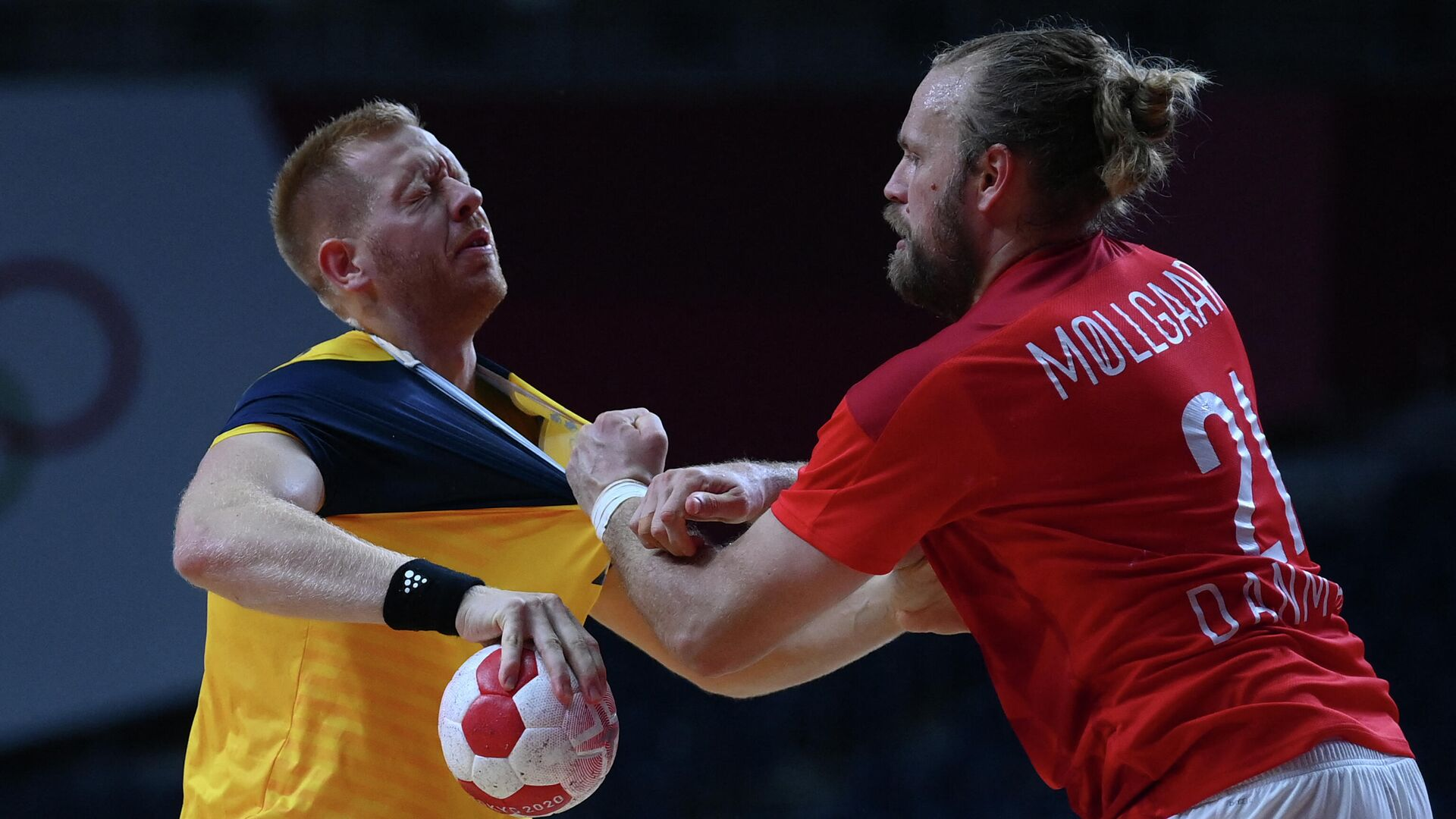 Sweden's centre back Jim Gottfridsson (L) vies with Denmark's left back Henrik Mollgard during the men's preliminary round group B handball match between Denmark and Sweden of the Tokyo 2020 Olympic Games at the Yoyogi National Stadium in Tokyo on August 1, 2021. (Photo by Franck FIFE / AFP) - РИА Новости, 1920, 01.08.2021