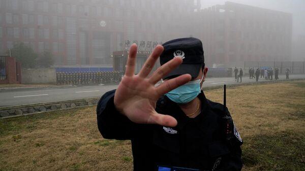 Сотрудник службы безопасности возле Уханьского института вирусологии