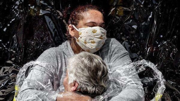 Обними, чтобы выжить. 85-летнюю Розу Лузию Лунарди обнимает медсестра Адриана Сильва да Коста Соуза