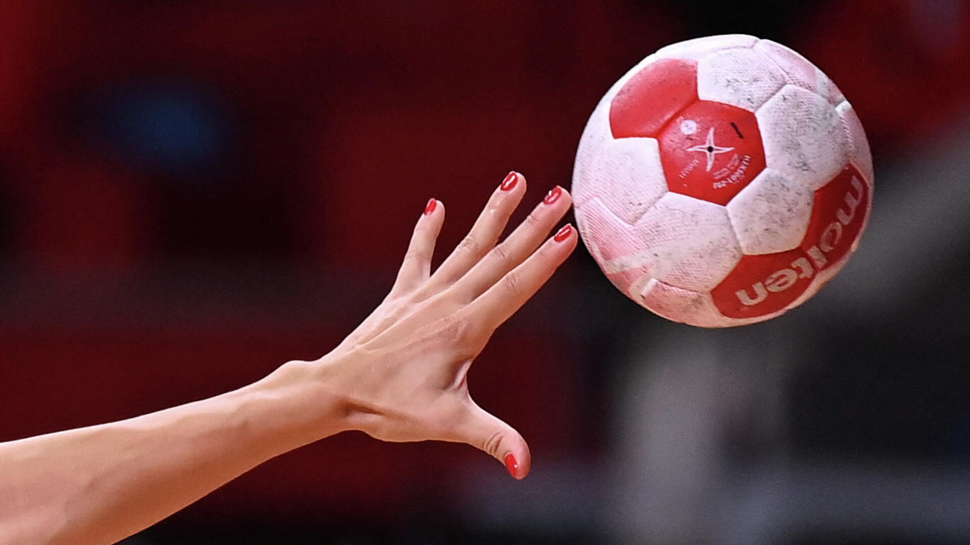 A handball player passes the ball during the women's preliminary round group A handball match between Japan and Montenegro of the Tokyo 2020 Olympic Games at the Yoyogi National Stadium in Tokyo on July 27, 2021. (Photo by Daniel LEAL-OLIVAS / AFP) - РИА Новости, 1920, 02.08.2021