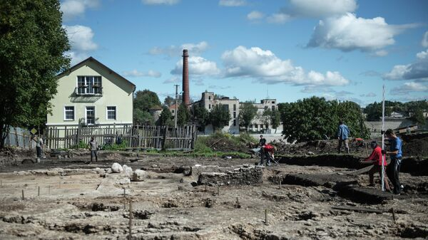 Археологи во время работ на одной из улиц Пскова
