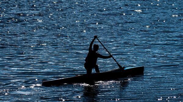 Мальчик во время занятий по гребле на реке Великой в Пскове