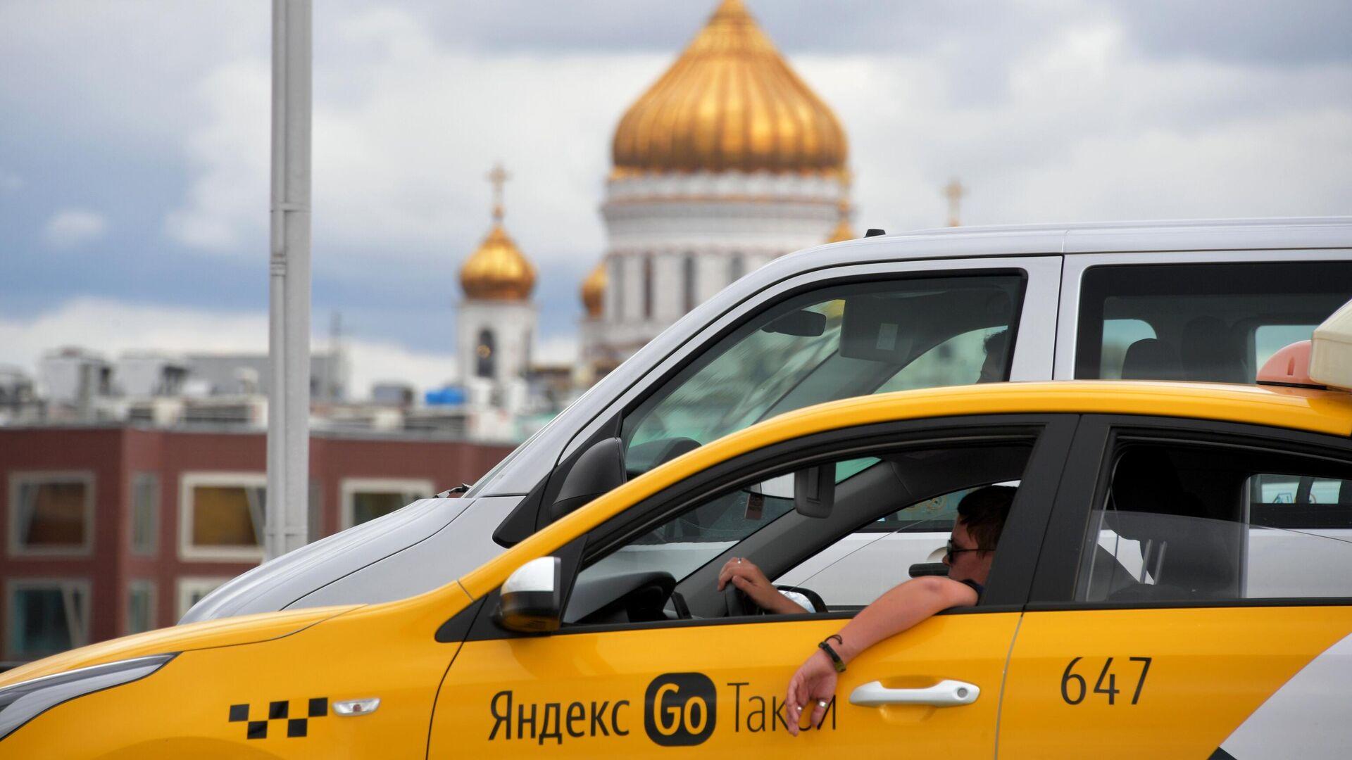 Автомобиль такси на улице Москвы - РИА Новости, 1920, 28.09.2021