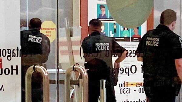 Полицейские Пентагона возле станции метро. 3 августа 2021