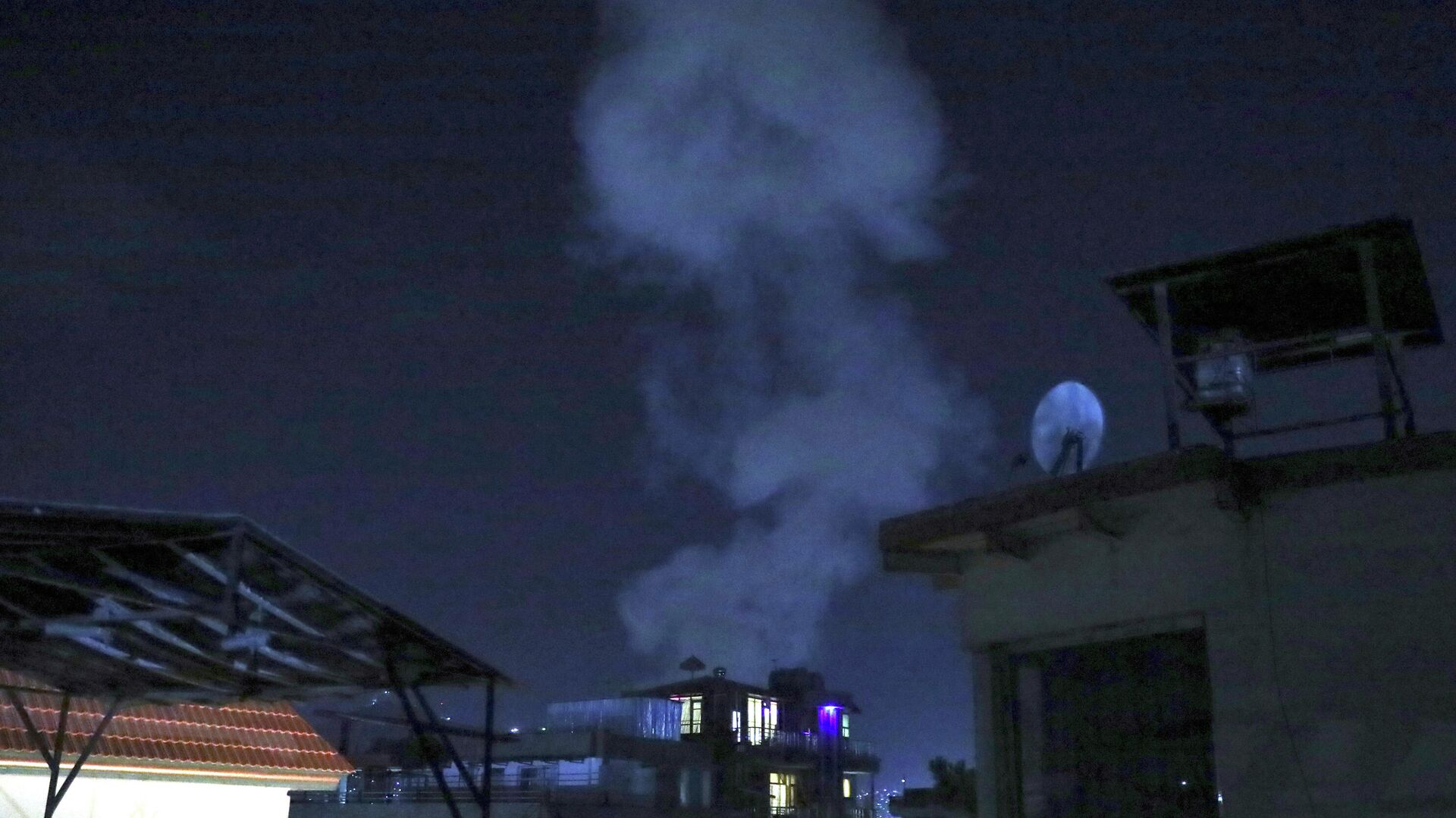 Дым от мощного взрыва в Кабуле - РИА Новости, 1920, 03.08.2021