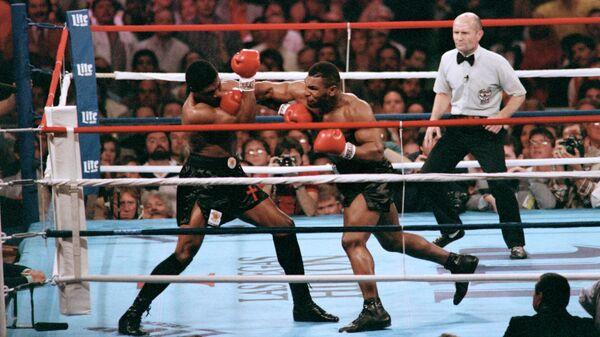 Боксер Тревор Бербик (слева) в поединке против Майка Тайсона (справа)