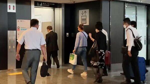 Спортсменка сборной Белоруссии по легкой атлетике Кристина Тимановская (в центре) в аэропорту Токио перед вылетом в Вену