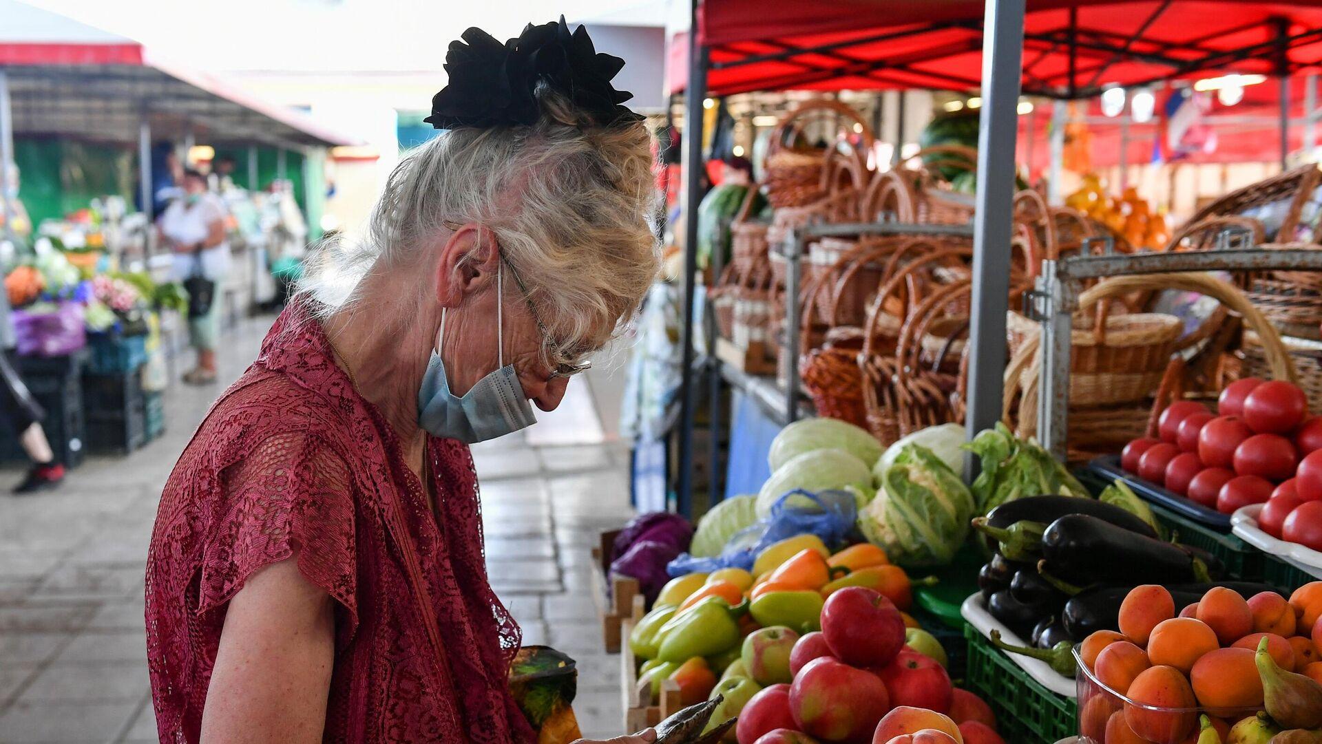Покупатель на овощном рынке в Симферополе - РИА Новости, 1920, 13.08.2021