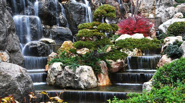 Водопад в открывшемся Японском саду на территории парка Айвазовское. Парк Айвазовское в Партените.