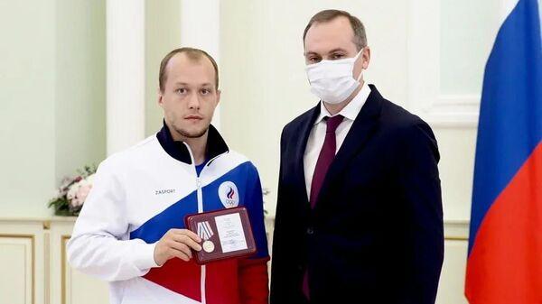 Бронзового призера Олимпиады борца Емелина наградили медалью За заслуги перед Мордовией