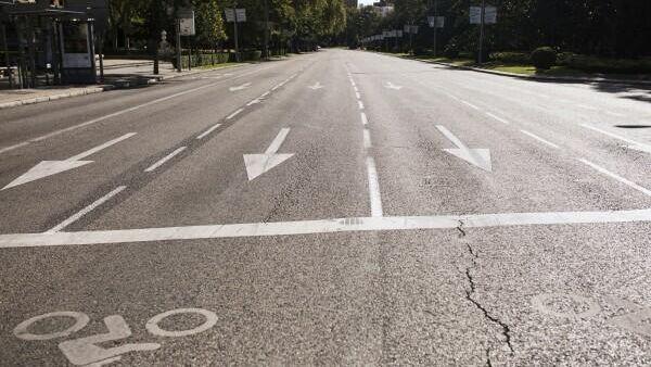 Пустая улица Пасео-дель-Прадо в Мадриде. В городе введены ограничительные меры в связи с распространением коронавирусной инфекции. Алехандро Мартинез Велез / РИА Новости