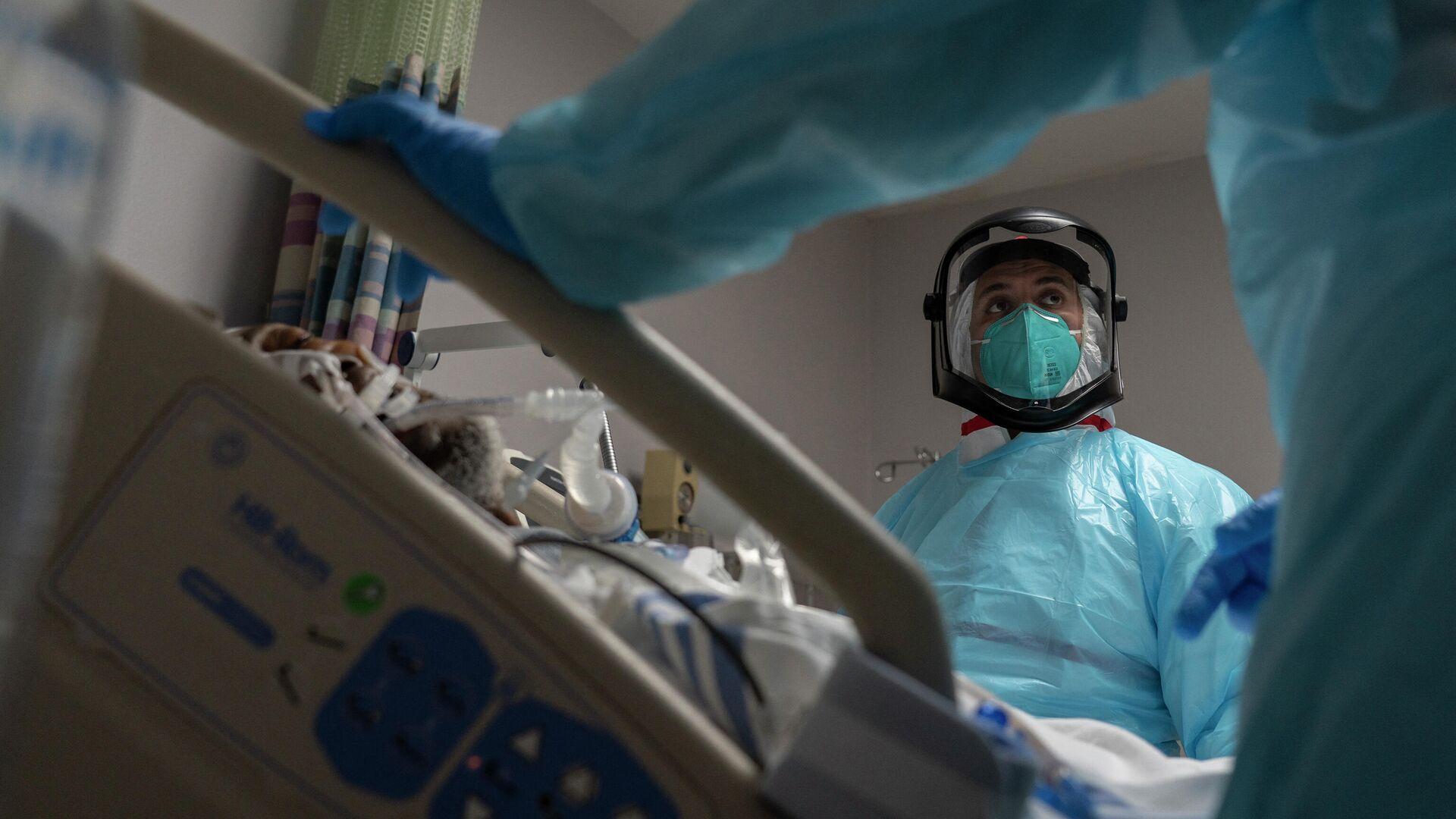 Медицинский сотрудник в отделении интенсивной терапии госпиталя для пациентов с COVID-19 в Хьюстоне, Техас - РИА Новости, 1920, 05.08.2021