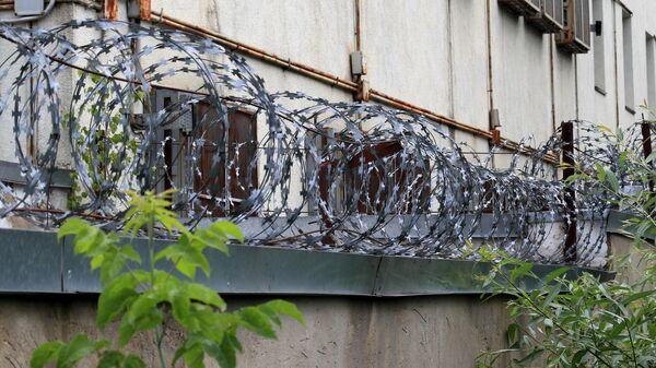 Колючая проволока на стене изолятора временного содержания в подмосковной Истре