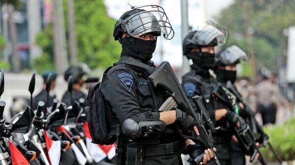 Офицеры полиции стоят на страже у Секретариата Ассоциации государств Юго-Восточной Азии (АСЕАН) перед встречей лидеров в Джакарте, Индонезия