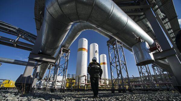 Сотрудник нефтедобывающего предприятия на дожимной компрессорной станции в Ямало-Ненецком автономном округе