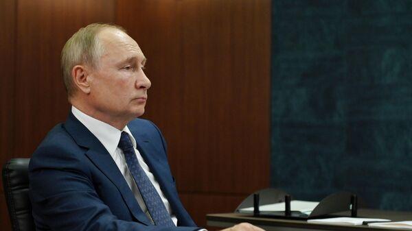 Президент России Владимир Путин во время встречи с губернатором Челябинской области Алексеем Текслером в Магнитогорске.
