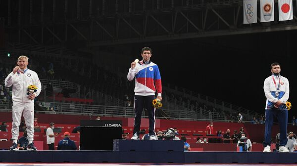 Призеры соревнований по вольной борьбе среди мужчин в весовой категории до 74 кг на XXXII летних Олимпийских играх на церемонии награждения (слева направо): Кайл Дэйк (США) - бронзовая медаль,  российский спортсмен, член сборной России (команда ОКР) Заурбек Сидаков - золотая медаль, Магомедхабиб Кадимагомедов (Белоруссия)  - серебряная медаль.