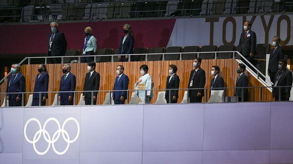 Президент Международного олимпийского комитета Томас Бах (третий слева) на торжественной церемонии закрытия XXXII летних Олимпийских игр в Токио